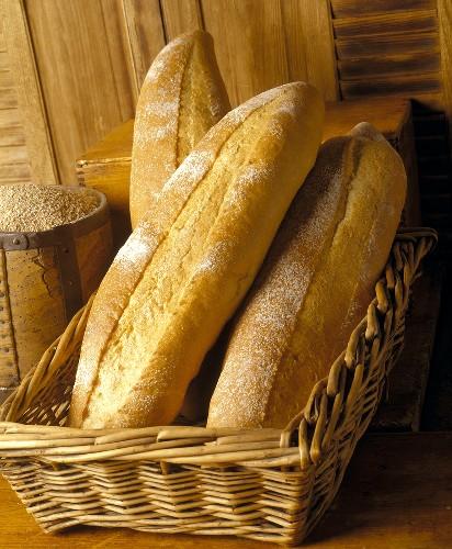 Rustikale Weizenbrote im Brotkorb
