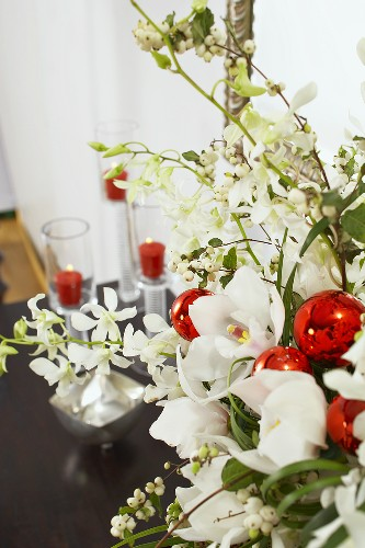 Red and White Floral Centerpiece for Christmas Dinner