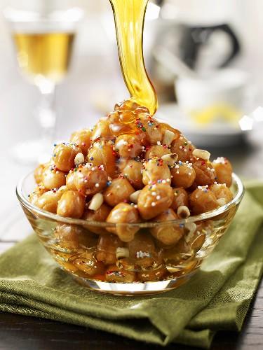 Struffoli napoletani (Pastry balls with honey, Italy)