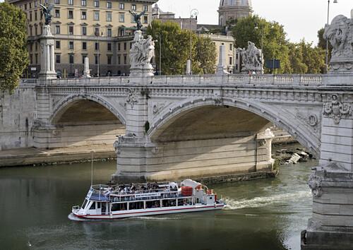 Ausflugsboot unter der Engelsbrücke auf dem Tiber, Rom, Latium, Italien, Europa