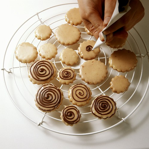 Icing baked goods