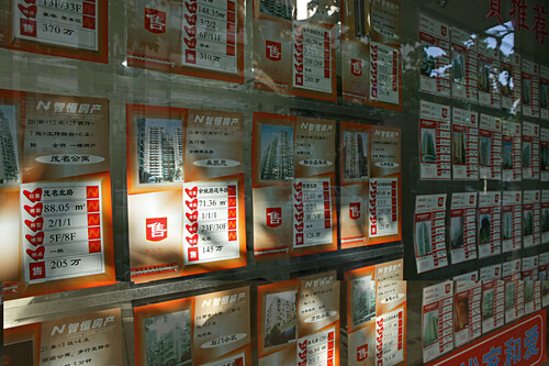 Real estate advertising, Shanghai,Real estate advertising, flats, price, Immobilienanzeige, Wohnungsgrundriss, rent, buy, Kaufen, mieten, Schaufenster, ads in window display