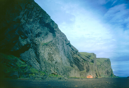 Ein einsame holzhaus vor Felsklippen, Island