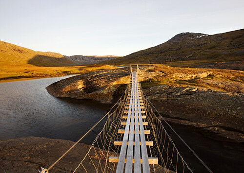 Suspension bridge in the Storengdalen in autumn, Sjurfjellet Saltar, Norway, Scandinavia, Europe