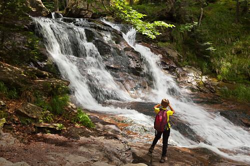 Junge fotografiert die Rissloch-Wasserfälle bei Bodenmais, Bayrischer Wald, Bayern, Deutschland