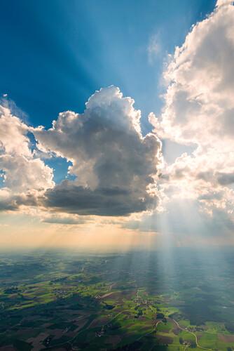 Ein Wolkenturm verdeckt die Sonne und sorgt für eine schöne Lichtstimmung, Bayern, Deutschland