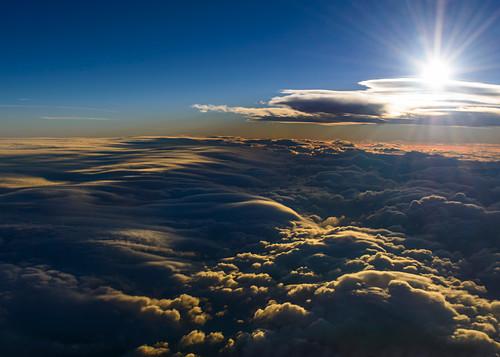 Licht und Schatten über einem Meer aus Wolken