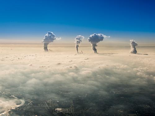 Wasserdampf aus den  Kühltürmen der Kraftwerke bei Grevenbroich in der Nähe von Düsseldorf durchstossen den Nebel am Morgen, Nordrhein-Westfalen, Deutschland