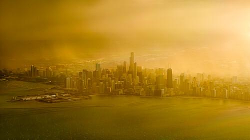 Ein Unwetter verdeckt den Sonnenuntergang und sorgt für eine dramatische Lichtstimmung beim Anflug auf Chicago, Illinois, USA