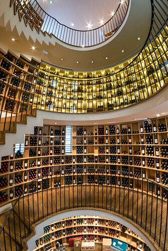 Beruehmter Weinhandel L Intendant, Weinregale, Innenaufnahme, Bordeaux, Frankreich