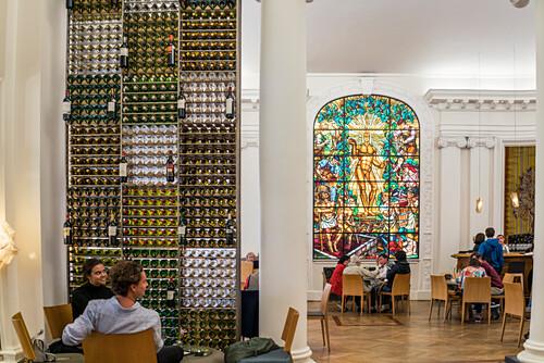Le Bar a Vin, Wine bar, Maison du Vin de Bordeaux, Glasfenster von Rene Buthaud, Bordeaux, Frankreich