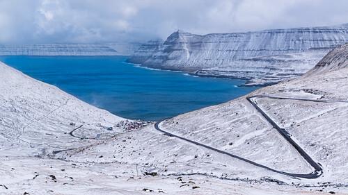 Frischer Schnee and der Küste über  Funningur, Eysturoy, Färöer Inseln, Dänemark