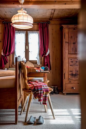 winterliche Bekleidung, Fenster, Schlafzimmer, Winter, Innenaufnahmen, Südtirol, Italien, Alpen, Europa