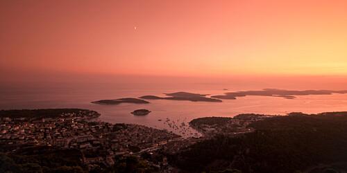 Panormamblick von der Festung Napolen  auf Hvar bei Sonnenuntergang  ,  Kroatien