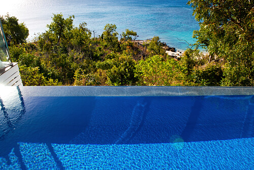 Der Pool der Villa im Lizard Island Resort liegt hoch über dem Meer, Lizard Island, Queensland, Australien