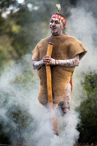 Gäste des Pretty Beach Hosue werden mit einer Aboriginal-Willkommenszeremonie begrüßt, Central Coast, New South Wales, Australien