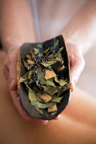 Das Abbrennen von Heilkräutern ist Teil der Massagetherapie im Pretty Beach House, Central Coast, New South Wales, Australien