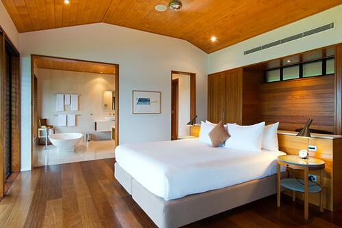 Schlafzimmer und Bad der Windward Pavillions im Qualia Resort, Hamilton Island, Queensland, Australien