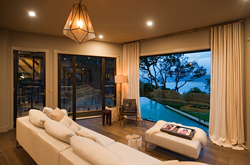 Von der Lounge des Pretty Beach House blickt man auf den Pool, Central Coast, New South Wales, Australien