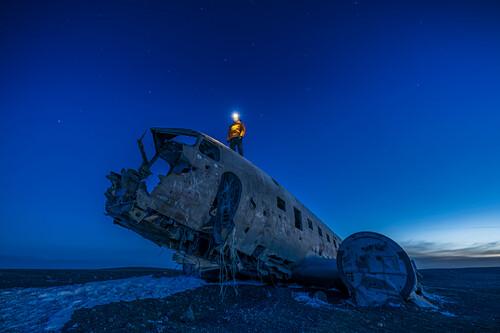 Blaue Stunde am Flugzeugwrack einer notgelandeten C117, Sólheimasandur, Südküste Island