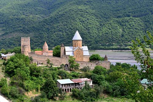 Burg-Kirche Ananuri an der Heerstraße im Grossen Kaukasus, Georgien