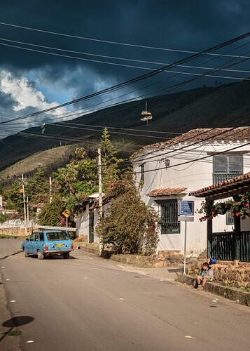 altes Auto und Schuhe in Stromleitungen, Villa de Leyva, Departamento Boyacá, Kolumbien, Südamerika