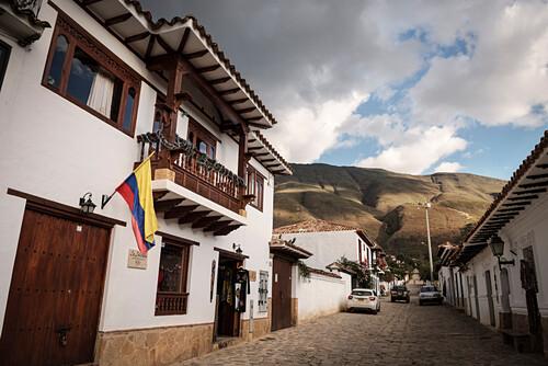 typischer Balkon im kolonial Stil mit Blick auf die umliegenden Anden Gipfel, Villa de Leyva, Departamento Boyacá, Kolumbien, Südamerika