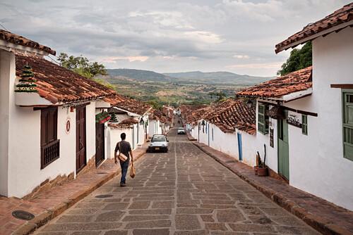 steile Gassen mit Blick auf das fruchtabre Umland, Barichara, Departmento Santander, Kolumbien, Südamerika