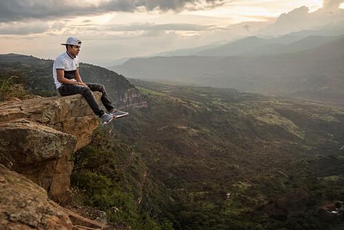 junger Kolumbianer blickt auf das spektakuläre Umland bei Barichara, Departmento Santander, Kolumbien, Südamerika