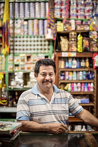 Porträt eines Ladenverkäufers in Barichara, Departmento Santander, Kolumbien, Südamerika