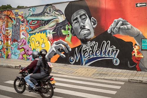 Motorradfahrer passieren großes Medellin Graffiti, Departmento Antioquia, Kolumbien, Südamerika
