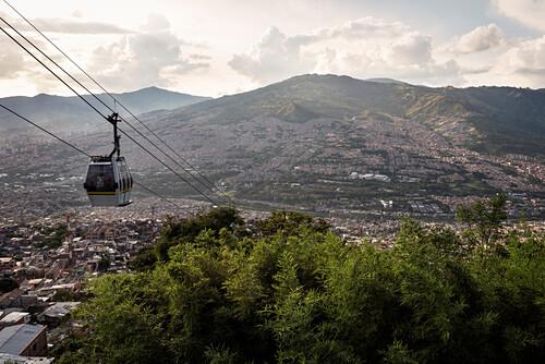 Seilbahn als Teil des öffentlichen Nahverkehrs führt zu den Armenvierteln von Medellin, Departmento Antioquia, Kolumbien, Südamerika