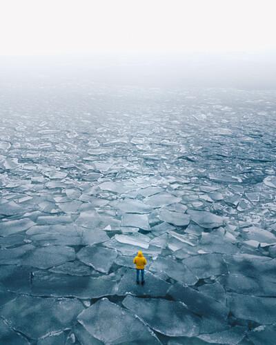 Junge person steht auf gefrohrenem meer, archipelago, finnland, ostsee