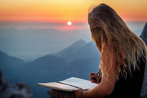 Junge Frau am Gipfel, Eintrag ins Gipfelbuch bei Sonnenaufgang, Scheffauer, Wilder Kaiser, Tirol, Österreich