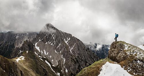 Young woman enjoying the view, Karwendel mountains, Tirol, Österreich