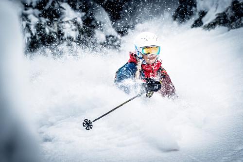 Freeriderin beim Powdern im bodenlosen Pulverschnee, Kitzbüheler Alpen, Tirol, Österreich