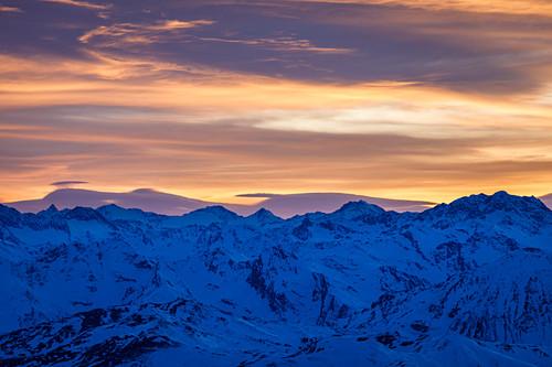 Sonnenuntergang mit farbenfrohen Himmel und spannenden Wolkenformationen über den Stubaier Alpen, Tirol, Österreich