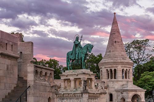 Sonnenuntergang über der Fischerbastei und der Statue von König Stephans I. in Budapest, Ungarn