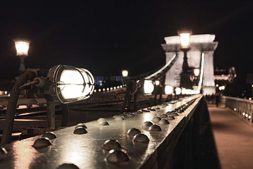 Die beleuchtete Kettenbrücke in Budapest, Ungarn