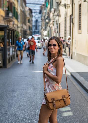 Touristin in den Straßen von Florenz, Italien