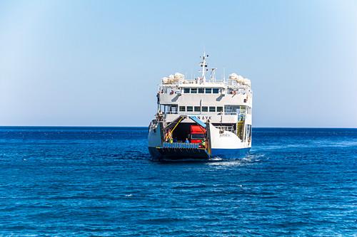 Ankommende Fähre bei Samaria Schlucht in Agia Roumeli, Westen Kreta, Griechenland
