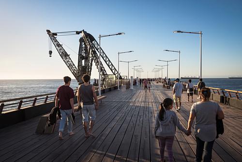Menschen flanieren auf Muelle Vergara (historische Seebrücke), Strand von Viña del Mar bei Valparaiso, Chile, Südamerika