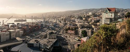 """Blick vom """"Ascensor Artilleria"""" (Aufzug auf die Hügel der Stadt) auf Hafenstadt Valparaiso, Chile, Südamerika"""
