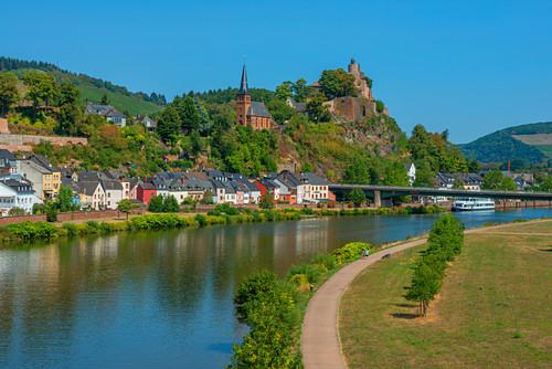 Blick auf Saarburg mit Saar, Burg und Ausflugsschiff, Rheinland-Pfalz, Deutschland