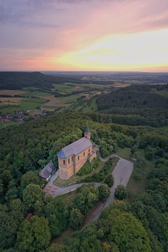 Blick auf die Kirche Gügel bei Scheßlitz in der Abenddämmerung, Fränkische Schweiz, Bamberg, Oberfranken, Franken, Bayern, Deutschland