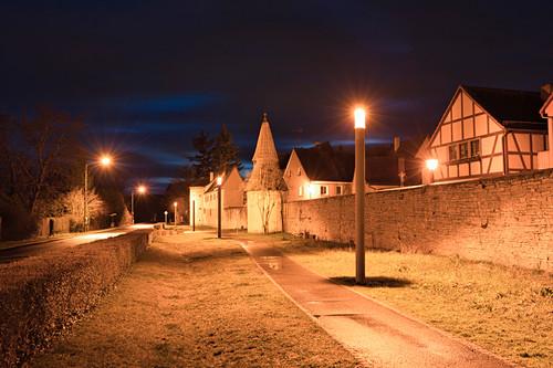Nächtlicher Blick auf die Stadtmauer von Sulzfeld am Main, Kitzingen, Unterfranken, Franken, Bayern, Deutschland, Europa