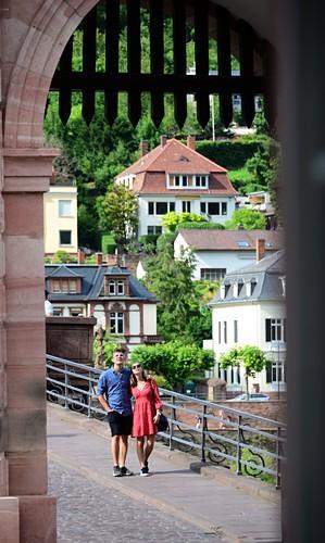 Zwei Touristen, Personen, am Brückentor, Brücke, Heidelberg am Neckar, Baden-Württemberg, Deutschland