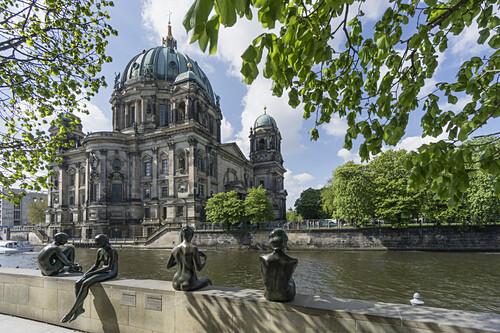 Drei Mädchen und ein Knabe, Brunnenfiguren von Wilfried Fitzenreiter, Spreeufer, Berliner Dom im Hintergrund, Berlin, Deutschland