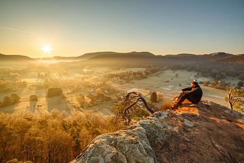 Ein Wanderer genießt den Ausblick auf dem Wachtfelsen, Obersteinbach, Frankreich