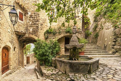 Dorfbrunnen, Crestet, Vaucluse, Frankreich